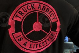 Sweat Truck Addict Femme Noir brodé Rose